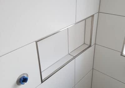 mureret hylde i badeværelse