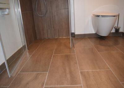 Nyt badeværelsesgulv i store mærke fliser